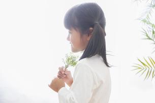 苗を持つ女の子の素材 [FYI00922495]