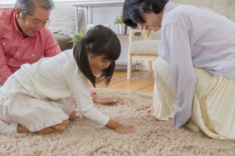 祖父母と遊ぶ女の子の写真素材 [FYI00922496]