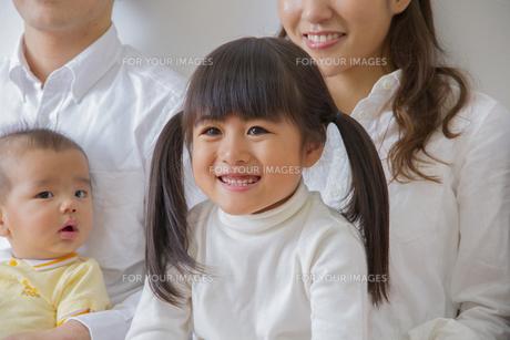 団欒する家族の写真素材 [FYI00922498]