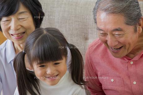 団欒する家族の写真素材 [FYI00922502]
