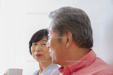 くつろぐ老夫婦の写真素材 [FYI00922503]
