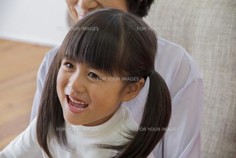 団欒する家族の写真素材 [FYI00922504]
