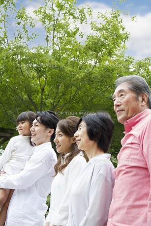 公園を歩く家族の写真素材 [FYI00922508]