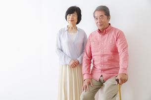 杖をつく老夫婦の写真素材 [FYI00922512]