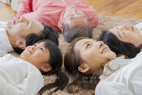 昼寝をする家族の写真素材 [FYI00922514]