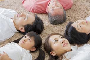 昼寝をする家族の写真素材 [FYI00922515]