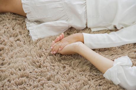 昼寝をする親子の写真素材 [FYI00922516]