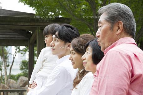 公園を歩く家族の素材 [FYI00922517]