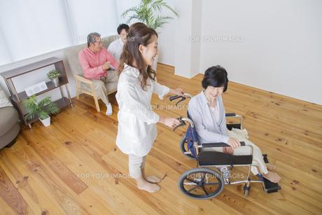 介護家族の写真素材 [FYI00922518]