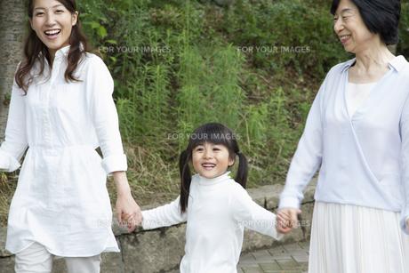 公園を歩く家族の写真素材 [FYI00922520]