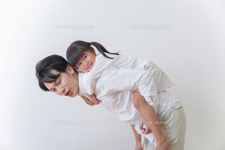 娘と遊ぶ父親の素材 [FYI00922524]