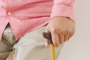 杖をつく老夫婦の写真素材 [FYI00922527]