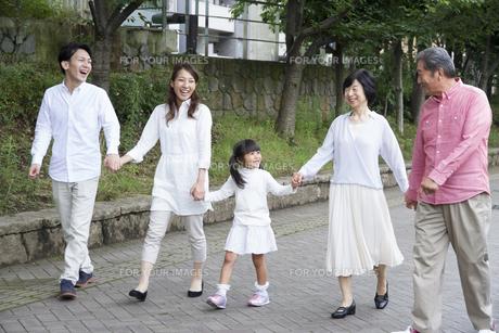 公園を歩く家族の素材 [FYI00922529]