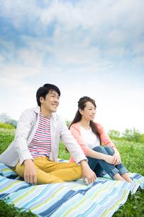 ピクニックをする夫婦の写真素材 [FYI00922536]