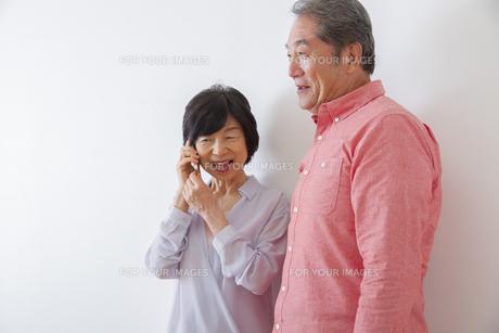 電話をかける老夫婦の写真素材 [FYI00922537]