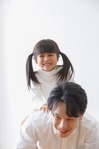 娘と遊ぶ父親の写真素材 [FYI00922539]