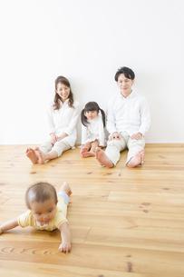 赤ちゃんを見守る家族の写真素材 [FYI00922540]
