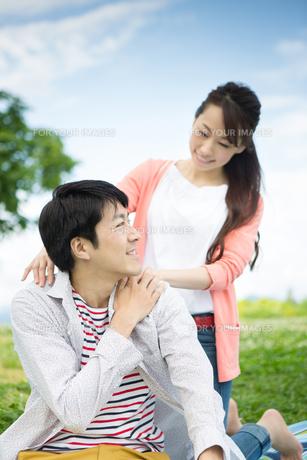 ピクニックをする夫婦の写真素材 [FYI00922541]