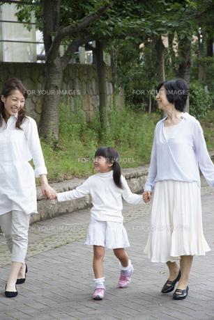 公園を歩く家族の写真素材 [FYI00922544]