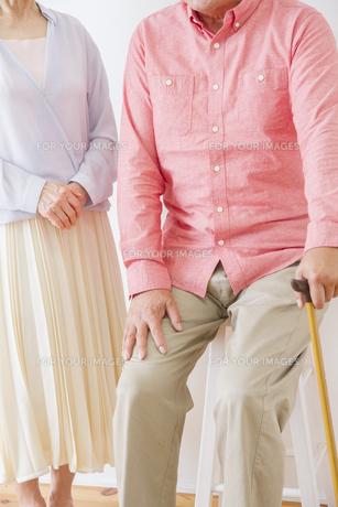 杖をつく老夫婦の写真素材 [FYI00922545]