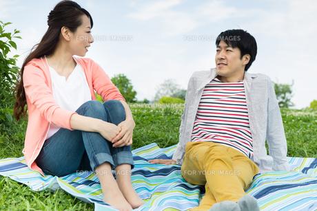 ピクニックをする夫婦の写真素材 [FYI00922548]