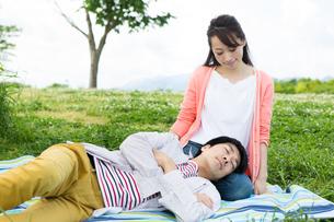 ピクニックをする夫婦の写真素材 [FYI00922553]