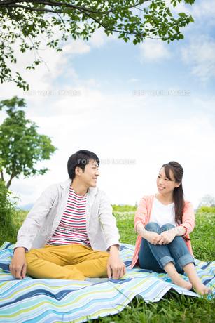 ピクニックをする夫婦の写真素材 [FYI00922555]
