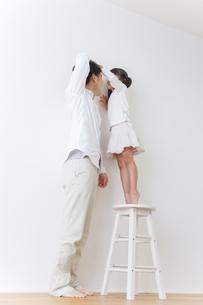娘と遊ぶ父親の写真素材 [FYI00922556]