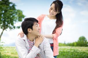 ピクニックをする夫婦の写真素材 [FYI00922557]