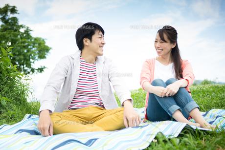 ピクニックをする夫婦の写真素材 [FYI00922558]