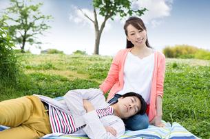 ピクニックをする夫婦の写真素材 [FYI00922560]