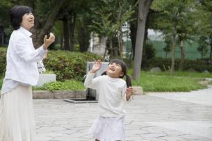 祖母と遊ぶ女の子の素材 [FYI00922562]