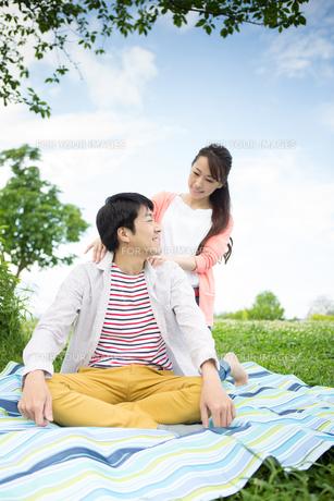 ピクニックをする夫婦の写真素材 [FYI00922563]