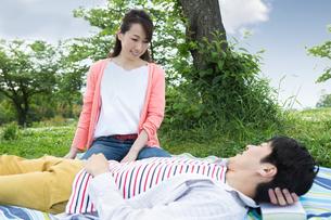 ピクニックをする夫婦の写真素材 [FYI00922564]