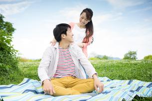ピクニックをする夫婦の写真素材 [FYI00922566]