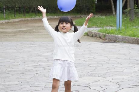 風船を持つ女の子の写真素材 [FYI00922568]