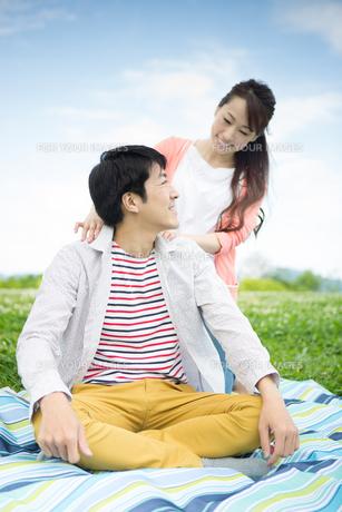 ピクニックをする夫婦の写真素材 [FYI00922570]
