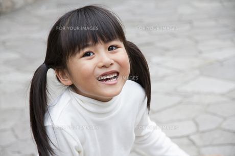 公園で遊ぶ女の子の写真素材 [FYI00922571]