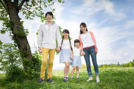 ピクニックをする家族の素材 [FYI00922574]