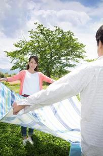 ピクニックをする夫婦の写真素材 [FYI00922576]