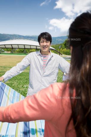 ピクニックをする夫婦の写真素材 [FYI00922578]
