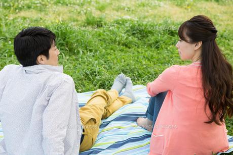 ピクニックをする夫婦の写真素材 [FYI00922579]
