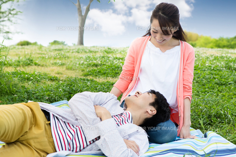 ピクニックをする夫婦の写真素材 [FYI00922582]