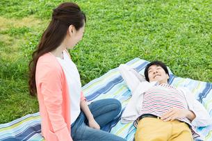 ピクニックをする夫婦の写真素材 [FYI00922583]