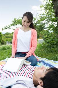 ピクニックをする夫婦の写真素材 [FYI00922584]