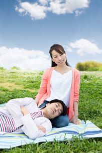ピクニックをする夫婦の写真素材 [FYI00922586]