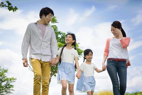ピクニックをする家族の写真素材 [FYI00922587]