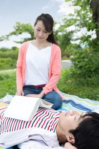 ピクニックをする夫婦の写真素材 [FYI00922588]