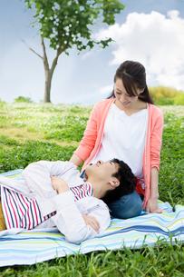 ピクニックをする夫婦の写真素材 [FYI00922591]