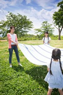 ピクニックをする家族の写真素材 [FYI00922592]